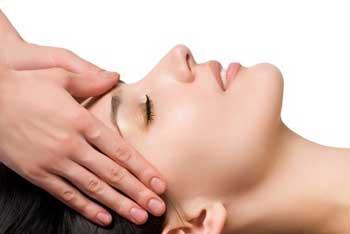 Un bon massage aux huiles essentielles pour se ressourcer.